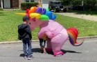 No logrando resistir más, esta abuela se vistió de unicornio para poder abrazar a sus nietos