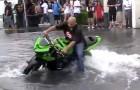 Ein Motorradfahrer vergnügt sich auf einem überschwemmten Parkplatz: Ein tolles Spektakel