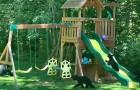 Mamma orsa e i suoi cuccioli si divertono in un parco giochi per bambini rincorrendosi su scivoli e altalene