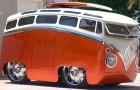Een man tovert het legendarische Volkswagen-busje om in een voertuig dat uit een tekenfilm lijkt te komen