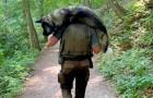 Um corajoso ranger carrega um cachorro nos ombros para salvá-lo da desidratação