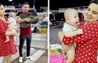 Een stel dat hun baan heeft verloren, zingt en speelt op straat om hun baby eten te kunnen geven