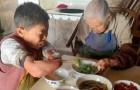 Non può usare le mani e le gambe ma questa donna assiste la madre di 105 anni ogni giorno