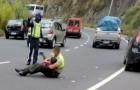 En polis tröstar ett 4-årigt barn efter en trafikolycka och håller honom i famnen