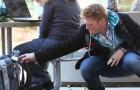 Un ragazzo mette le mani nella borsa delle persone ma lo scopo non è quello che immaginate