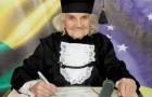 Esta vovó alegre se formou aos 87 anos com uma monografia escrita à mão: uma aluna exemplar