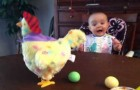 Als dit kind begrijpt wat de speelgoedkip doet, volgt een geweldige reactie