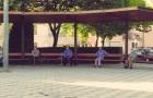 6 äldre människor som träffas varje dag i samma park och håller säkerhetsavståndet - respekt och social distansering fångat på bild