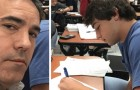 Um adolescente continua a se comportar mal na escola: seu pai vai para a aula e se senta ao lado dele como punição