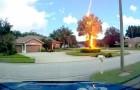 Un éclair dans un ciel clair frappe un arbre malgré le beau temps : la vidéo montre l'impact violent