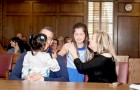 Een meisje barst in tranen uit als ze ziet dat al haar klasgenoten aanwezig zijn op de dag van de adoptie