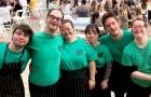 Six jeunes porteurs de trisomie 21 ouvrent leur entreprise préparant des pizzas pour des événements : personne ne voulait les engager
