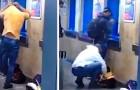 Vede un cane randagio tremante e infreddolito nella metro: si toglie la sua maglia e lo veste per riscaldarlo