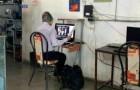 Un professeur sans connexion internet se rend chaque jour dans un bar pour donner des cours à distance à ses élèves