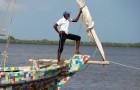 Una barca costruita con materiali di scarto naviga lungo la costa del Kenya per ripulirla dalla plastica
