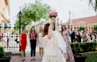 The bride throws the bouquet: her friend manages to catch it and the fiance runs away at full speed