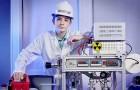 Op zijn twaalfde bouwde hij thuis een kernfusiereactor en kwam in het Guinness Book of World Records