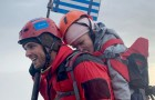 Un atleta transporta sobre su espalda a una mujer discapacitada en la cima del Monte Olimpo, cumpliendo el sueño de la joven