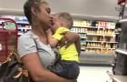 Een onbekende helpt een moeder die worstelt met het kalmeren van haar twee kinderen die driftbuien hadden in de supermarkt