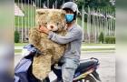 Een arme vader huilt van vreugde als hij een teddybeer in de vuilnisbak vindt: