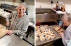Eine 89-jährige Großmutter backt Hunderte von Kuchen, um sie den bedürftigsten Familien in ihrer Gemeinde zu schenken.
