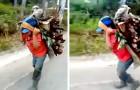 Een arm kind draagt met zijn trouwe hondje kilo's hout op zijn rug: hij laat hem nooit alleen