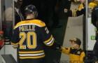 Vous craquerez pour ce petit fan qui salue tous les joueurs. Adorable.