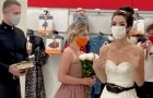 Una joven se viste de novia y tiende una