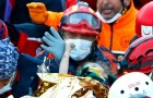 Une petite fille piégée dans les décombres est sauvée au bout de 3 jours : elle n'arrête pas de serrer la main du pompier