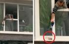 Um homem usou um secador de cabelo para tentar aquecer um pombo que estava com frio por causa da chuva torrencial