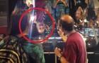 Dirige una luce verso uno specchio concavo: i visitatori urlano per lo stupore