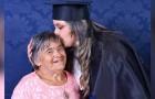 Elle fête son diplôme universitaire avec sa mère porteuse de trisomie 21 : une revanche sur les préjugés et les médisances