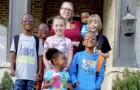 Ein Paar mit drei Kindern adoptiert fünf Geschwister und nimmt sie bei sich auf: eine überglückliche XL-Familie