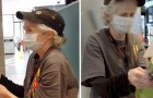 At 65, she works every day in a fast food restaurant to pay her bills: to reward her, she is given $6,000 and a new car