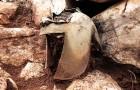 Découverte d'un rare casque de guerrier vieux de 2500 ans : il se trouvait dans une grotte remplie de précieux trésors
