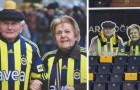 Eine Fußballmannschaft erweist einem Paar ältlicher Fans, das nie einen Termin im Stadion ausgelassen hat, Ehrerbietung