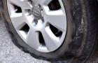 Een man sneed de banden door van meer dan 1000 auto's om de vrouwen te leren kennen die erin reden