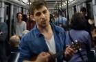 Er hat einen Abschluss, aber niemand will ihn einstellen: Er schreibt ein Lied mit seinem Lebenslauf und singt es in der U-Bahn, um nach Arbeit zu suchen