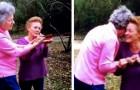 Dos hermanas reciben la visita de un pájaro rojo: un