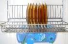 I metodi migliori per pulire lo scolapiatti eliminando tutti residui di cibo e calcare