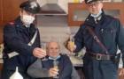 """""""Ich fühle mich allein, kommt mich besuchen"""": Mit 94 Jahren ruft er die Carabinieri, um in Gesellschaft auf Weihnachten anzustoßen"""