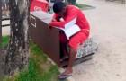 Killen säljer glass för att bli polis: en polisagent ser honom studera på gatan och bestämmer sig för att betala honom inträdesprovet