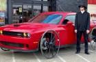 Compra un'auto da 45.000 euro per un esperimento: sostituisce le ruote con quelle di una carrozza