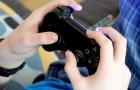 Een wanhopige moeder wordt gedwongen haar 13-jarige zoon te voeden: hij stopt nooit met het spelen van videogames