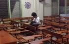 Se queda a estudiar en el aula todos los días hasta que anochece: este alumno pobre no tiene electricidad en su casa