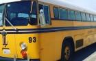 Due ragazze comprano un vecchio scuolabus e lo trasformano in una casa accogliente e completa di tutto