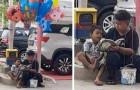 Bimbo povero insegna a leggere al fratellino mentre vendono palloncini in strada per guadagnarsi da vivere