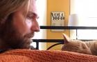 De kat maakt hem elke nacht miauwend wakker en neemt wraak: de video is hilarisch