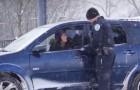 Een agent stopt een auto, maar wat er vervolgens gebeurt is uniek!