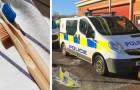 Deux adolescents salissent des fourgons de police : en guise de punition, ils les nettoient en utilisant seulement une brosse à dents